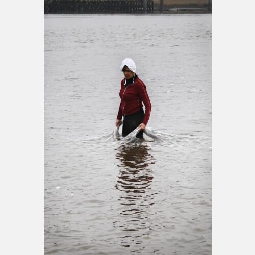 Zeeuwsch meisje draagt het water